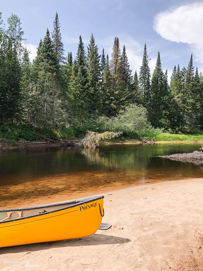 En canot au Parc du Mont-Tremblant dans mon article Journée au Parc du Mont-Tremblant sans voiture avec la Navette Nature #navettenature #monttremblant #parcdumonttremblant #sepaq #quebec #laurentides #nature #canot
