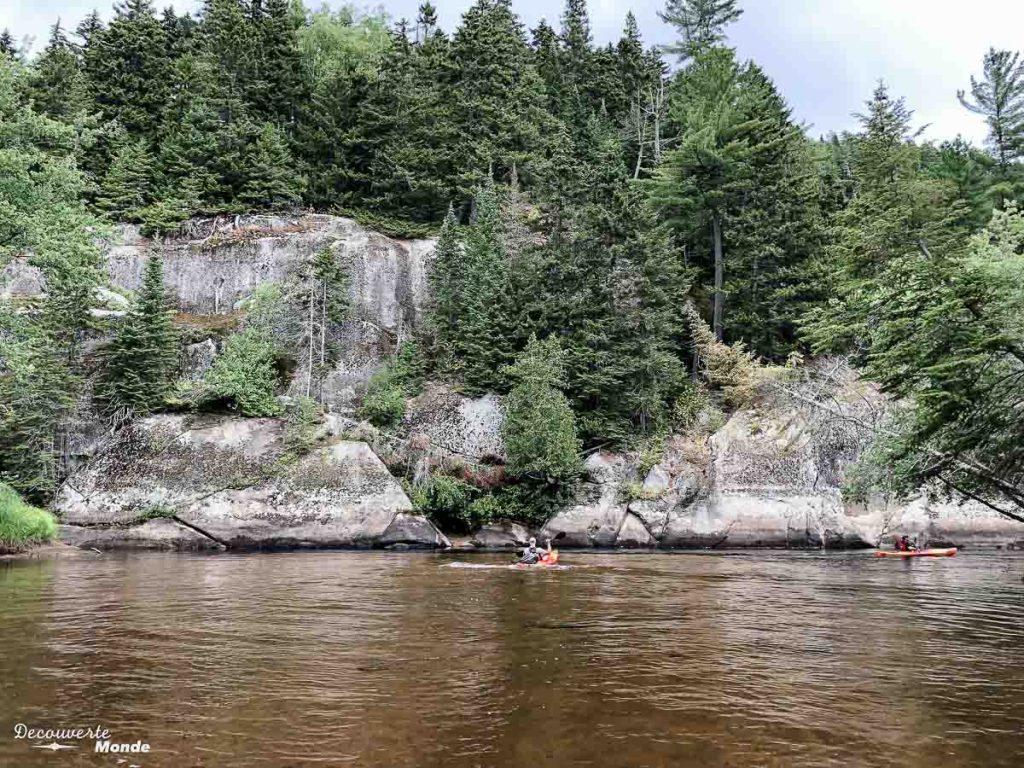 En canot et kayak sur la rivière de la Diable dans le Parc du Mont-Tremblant dans mon article Journée au Parc du Mont-Tremblant sans voiture avec la Navette Nature #navettenature #monttremblant #parcdumonttremblant #sepaq #quebec #laurentides #nature #canot