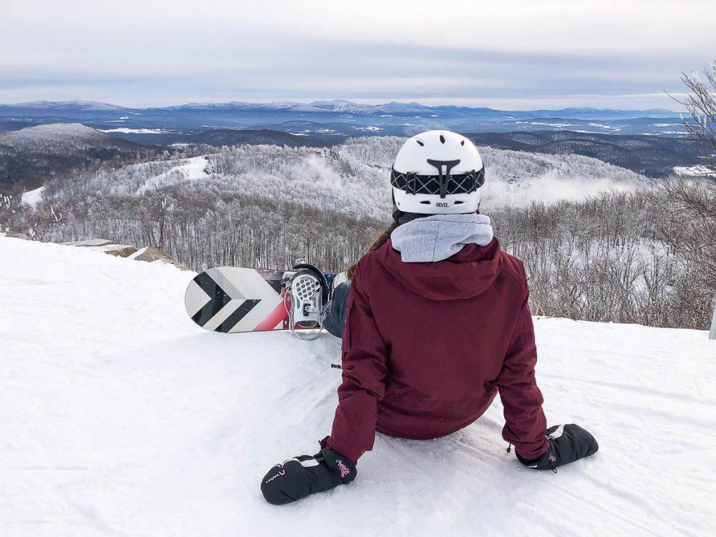 En snowboard au sommet du Mont Bromont dans mon article Mont Bromont en bus : Ma journée sans voiture à la station de ski Bromont #Bromont #ski #skimontbromont #montbromont #montagne #snowboard #cantonsdelest #experiencebusbud #quebec #canada