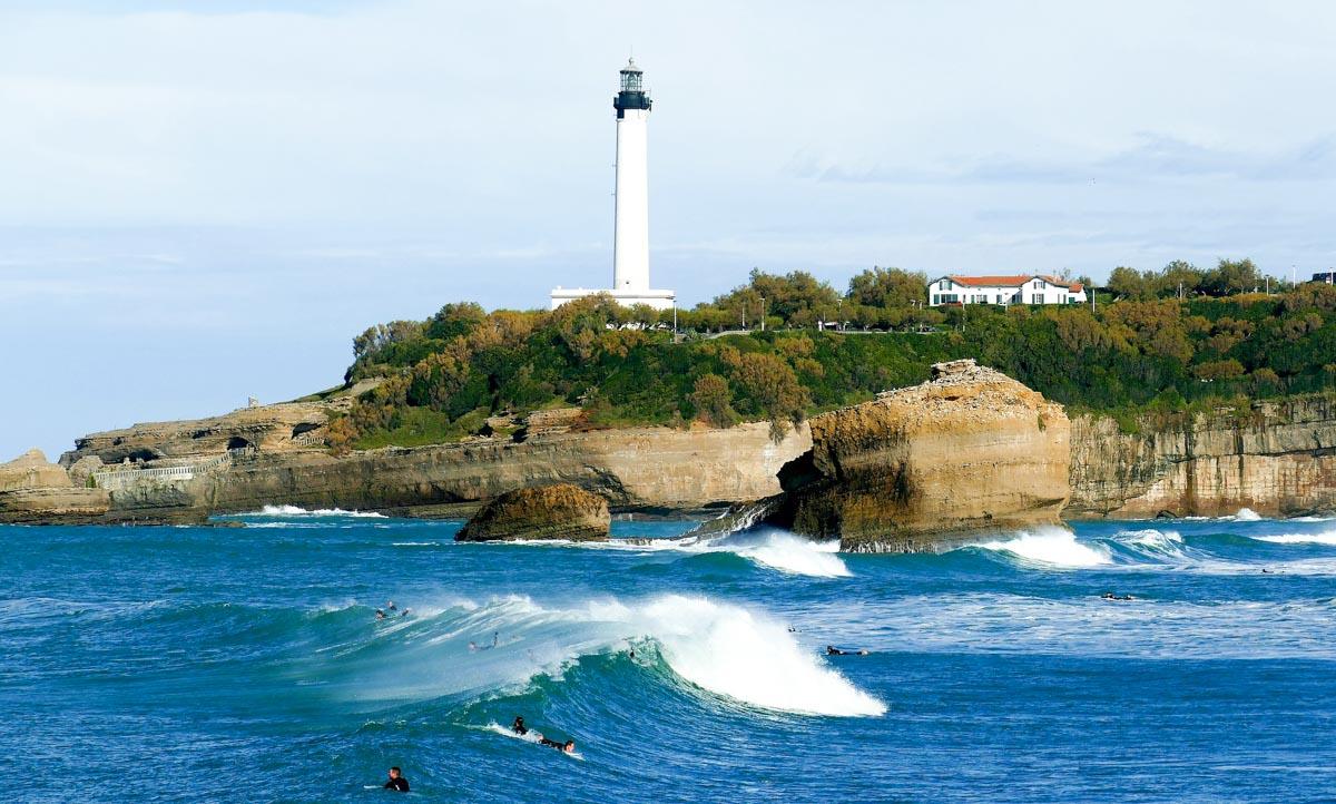 Surf à Biarritz en Nouvelle-Aquitaine dans mon article Région de Nouvelle-Aquitaine en France en 12 incontournables à visiter #nouvelle-aquitaine #france #europe #voyage