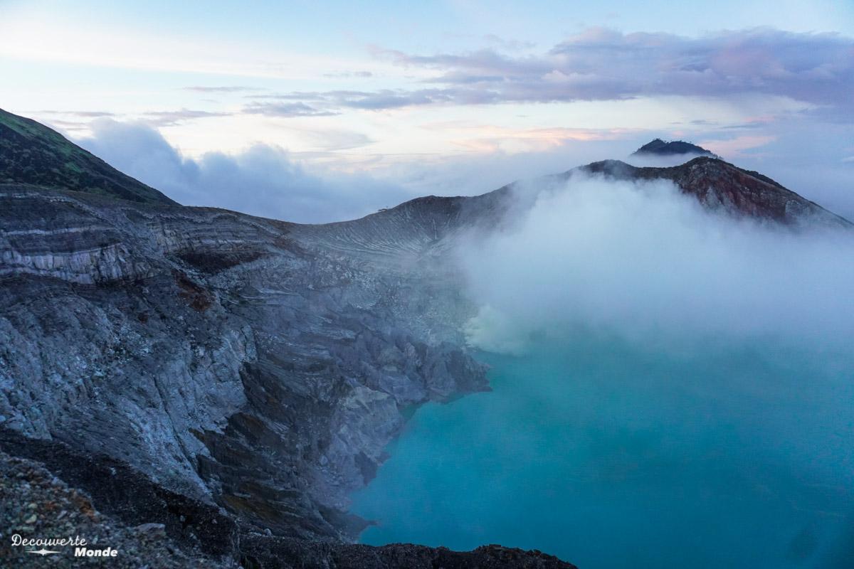 Lever du soleil sur le volcan Kawah Ijen à Java dans mon article Que faire à Java, voir et visiter : Mes 10 incontournables #java #indonesie #voyage #asiedusudest #asie #volcan #ijen