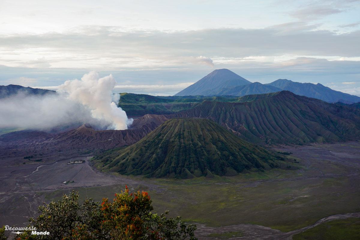 Lever de soleil au volcan Bromo à Java dans mon article Que faire à Java, voir et visiter : Mes 10 incontournables #java #indonesie #voyage #asiedusudest #asie #volcan #bromo