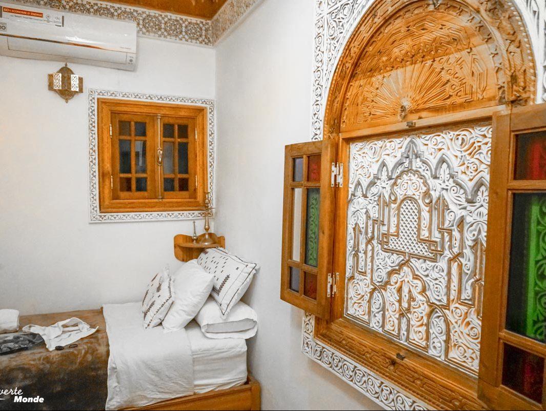 Chambre au Dar Mfaddel à Fès dans notre article Visiter Fès au Maroc : Découverte de sa vieille-ville, la Médina de Fès #fes #maroc #medina #voyage #maghreb #unesco