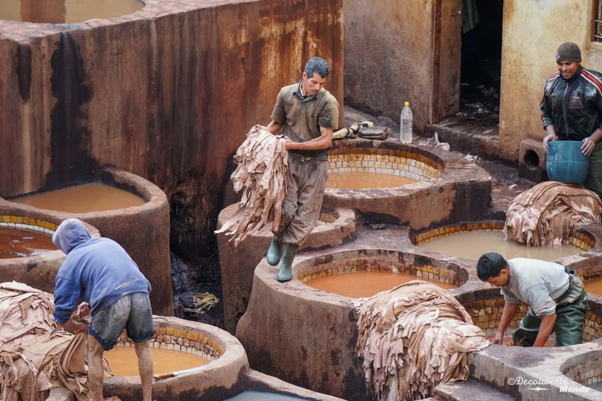 Un travail difficile pour les travailleurs à la tannerie Chouara à Fès dans notre article Visiter Fès au Maroc : Découverte de sa vieille-ville, la Médina de Fès #fes #maroc #medina #voyage #maghreb #unesco