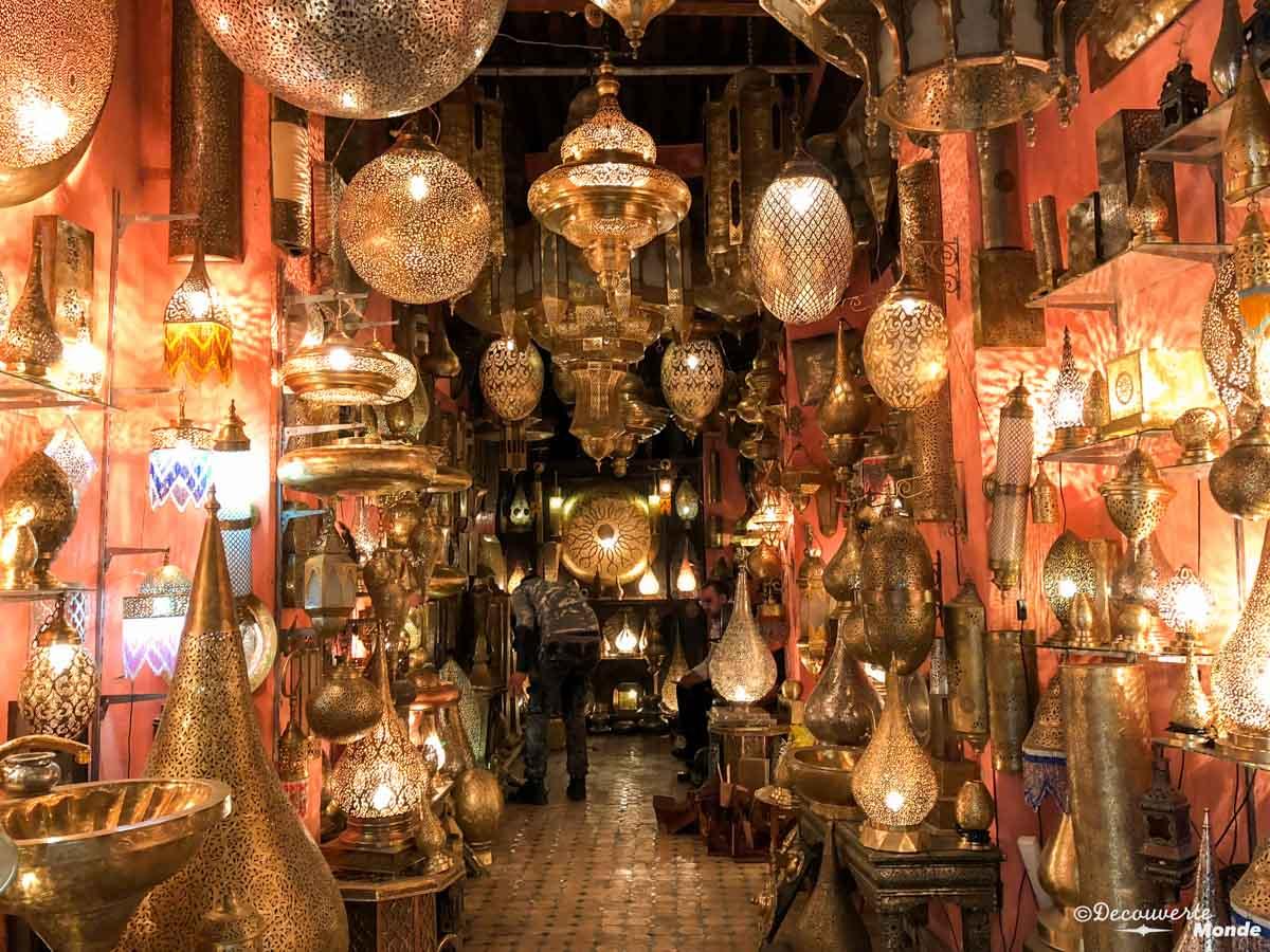 Magasin de lampes marocaines à Fès dans notre article Visiter Fès au Maroc : Découverte de sa vieille-ville, la Médina de Fès #fes #maroc #medina #voyage #maghreb #unesco