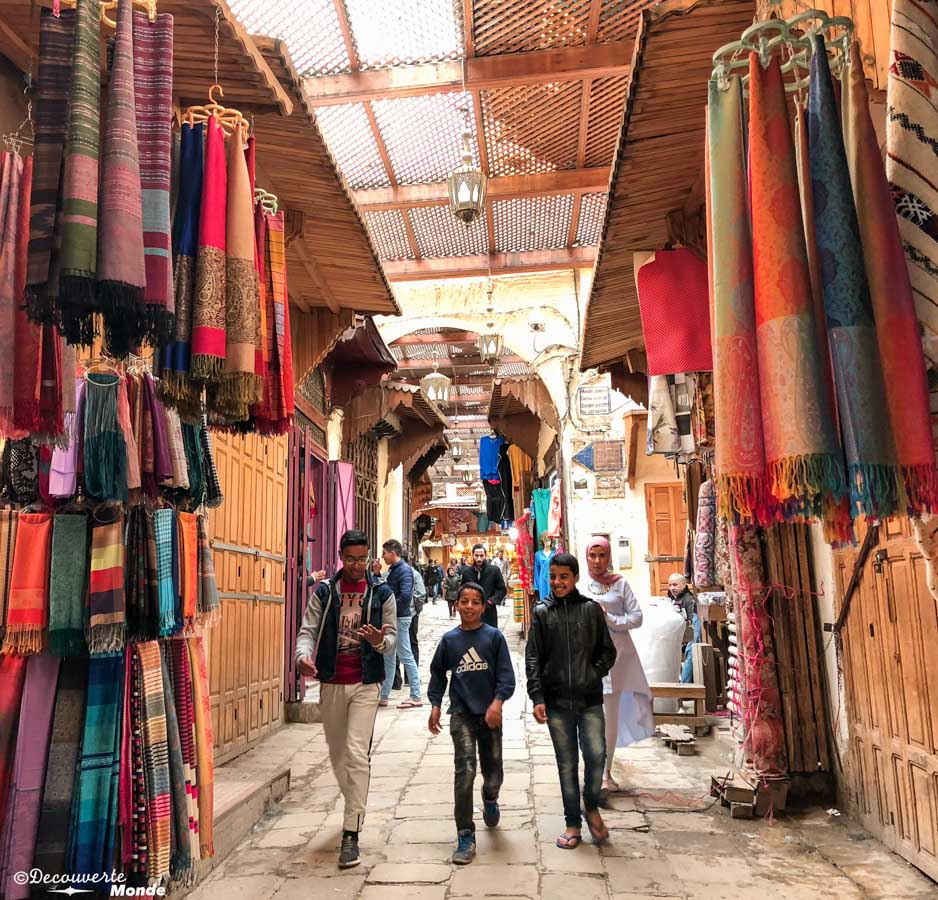 Marché textile de la Médina de Fès dans notre article Visiter Fès au Maroc : Découverte de sa vieille-ville, la Médina de Fès #fes #maroc #medina #voyage #maghreb #unesco