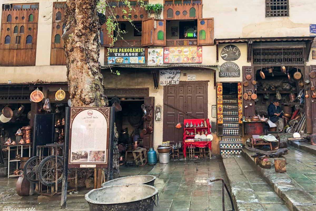 Place Seffarine dans la Médina de Fès dans notre article Visiter Fès au Maroc : Découverte de sa vieille-ville, la Médina de Fès #fes #maroc #medina #voyage #maghreb #unesco